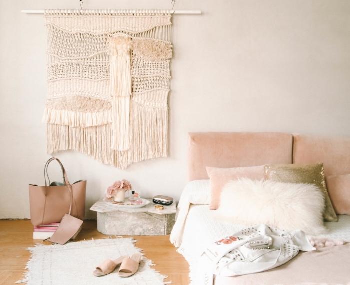exemple de déco chambre fille aux couleurs pastel avec tapis à frange et suspension murale DIY en macramé
