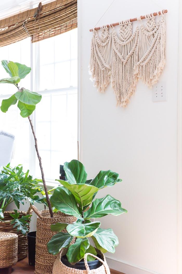comment décorer un salon blanc en style bohème et jungle avec accessoires en fibre végétal et diy création en macramé
