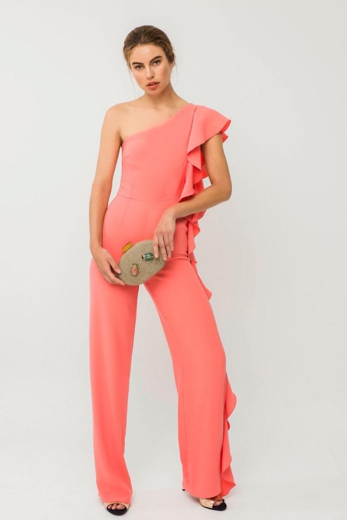 quelle couleur de vêtement pour assister à un mariage sur plage, idée combinaison élégante à col asymétrique avec volants