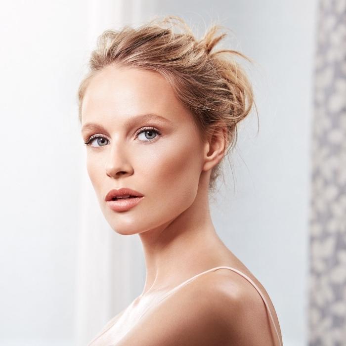 exemple de contouring naturel avec joues et front sculptés, maquillage nude pour yeux clairs avec fards à paupières dorés