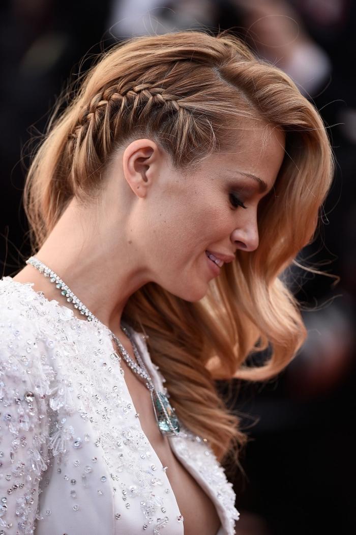 magnifique coiffure aux cheveu ondulés avec une tresse coté, exemple de tresse plaque sur cheveux balayage blond sur chatain