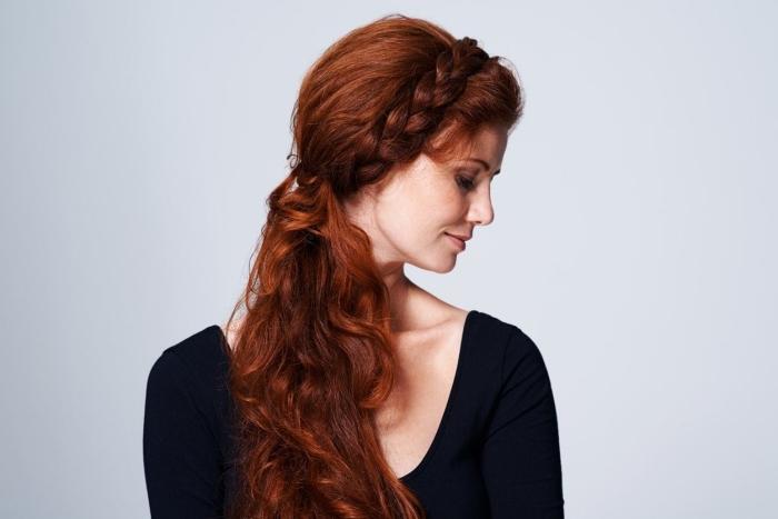 idée look de sirène aux cheveux longs cuivrés attachés en queue de cheval de côté combinée avec une couronne tressée defaite