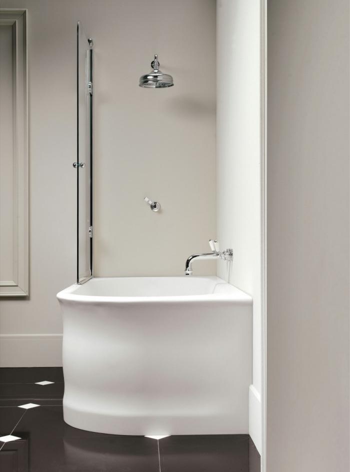 quelle baignoire choisir pour aménagement petite salle de bain, modèle de baignoire douche avec robinet en argent