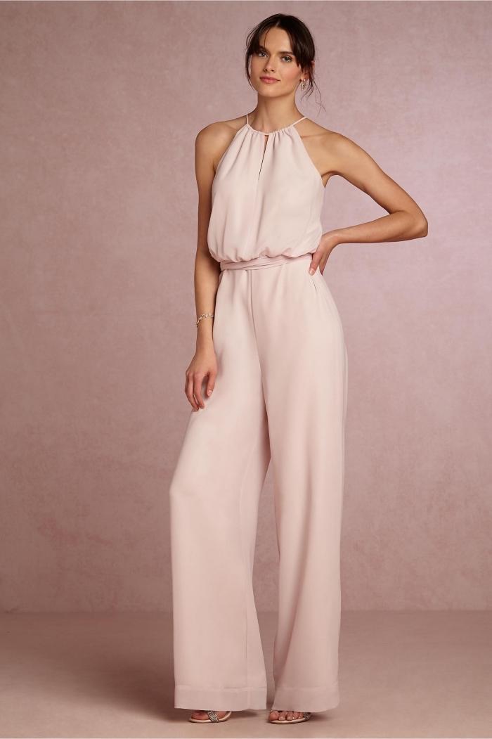 comment s'habiller pour un mariage idée femme, exemple de combinaison ultra douce et féminine de couleur rose pastel à col montant et à découpe