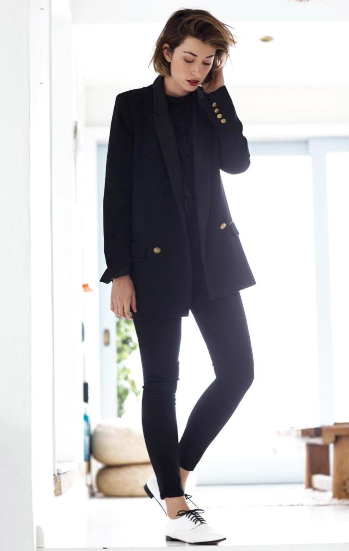idée look total noir femme élégant en pantalon slim et blazer large combinés avec paire de chaussures derbies en blanc