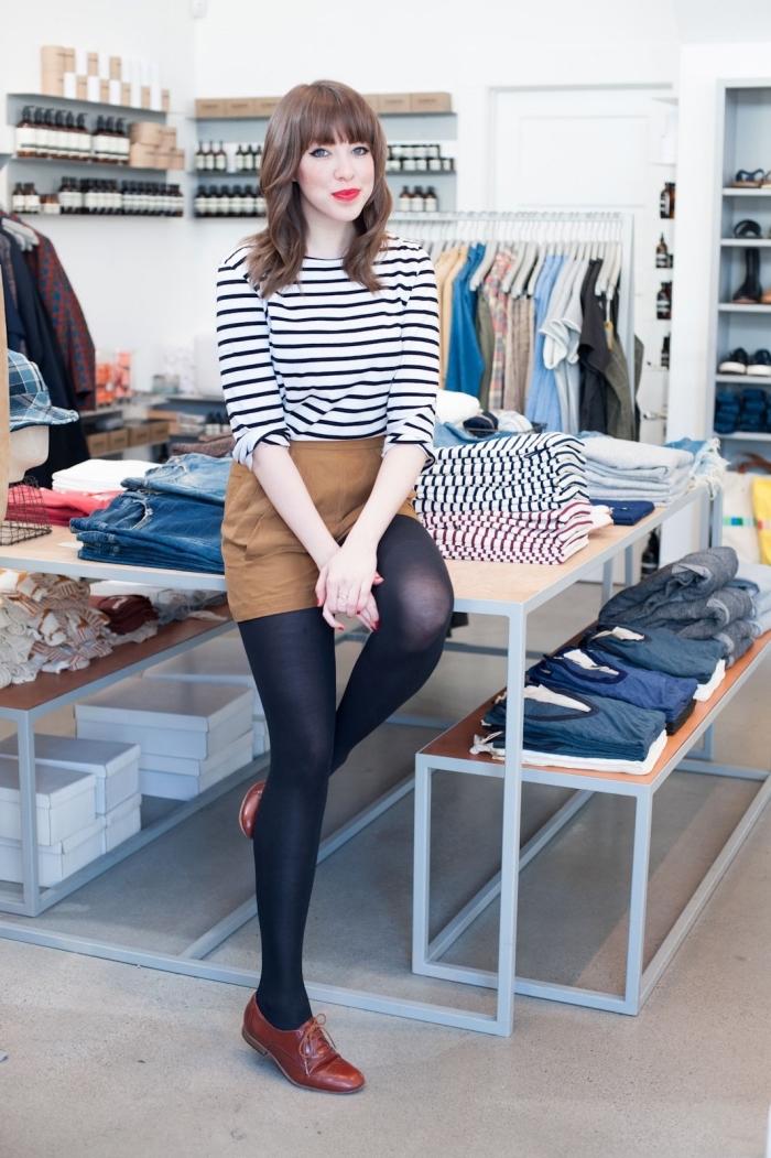 modèle de blouse rayée combinée avec shorts camel et paire de chaussures plates en marron, idée comment porter les derbys femme