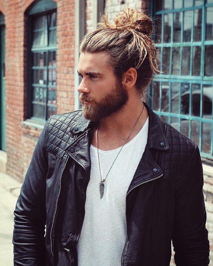 chignon man bun et barbe mi longue meche blonde sur cheveux chatain long