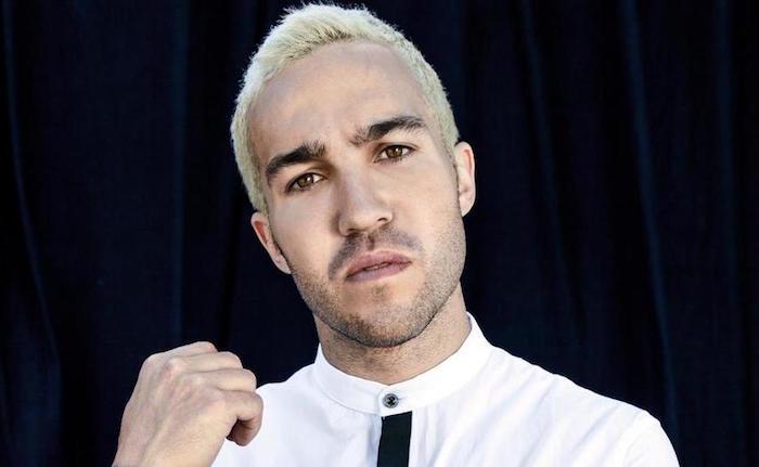 teinture platine et mèche blonde pour homme cheveux courts en fondu dégradé