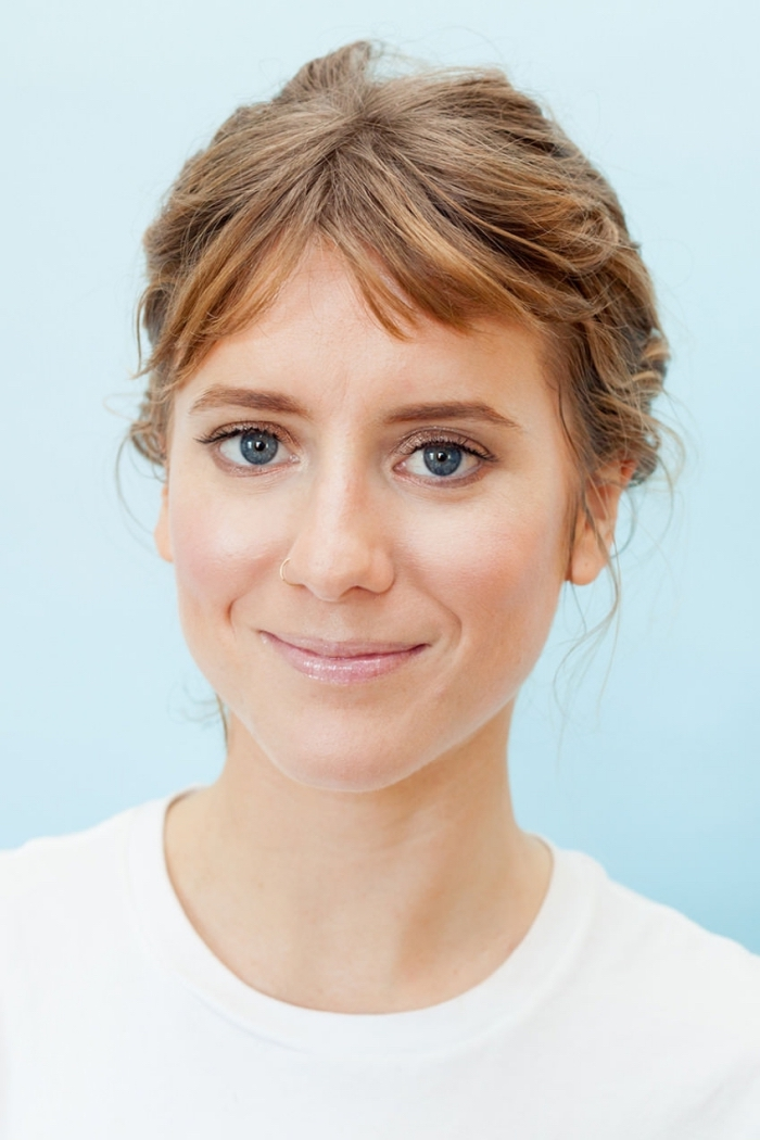 exemple de strobing maquillage facile avec fond de teint base claire et poudre lumineuse, maquillage nude pour yeux bleus
