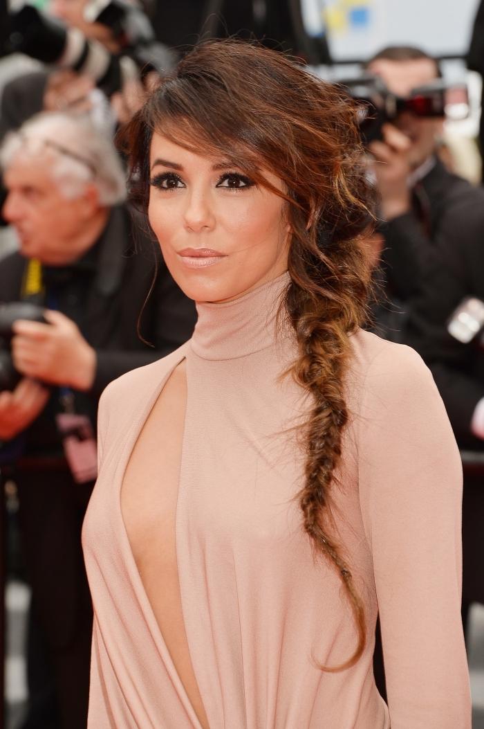 magnifique coiffure pour cheveux longs avec frange longue de côté et une tresse épi défaite, exemple coiffure stylée aux cheveux attachés