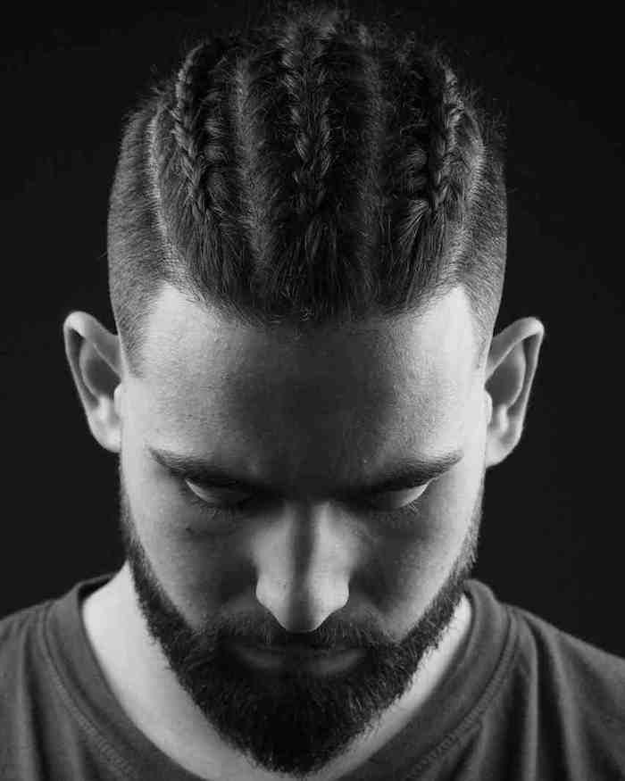 coiffure avec tresses collées homme tirées ver sl'arriere et cotés court avec barbe courte brune
