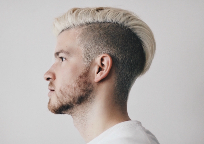 coupe hipster homme style viking avec mèche blonde sur le dessus et coté court
