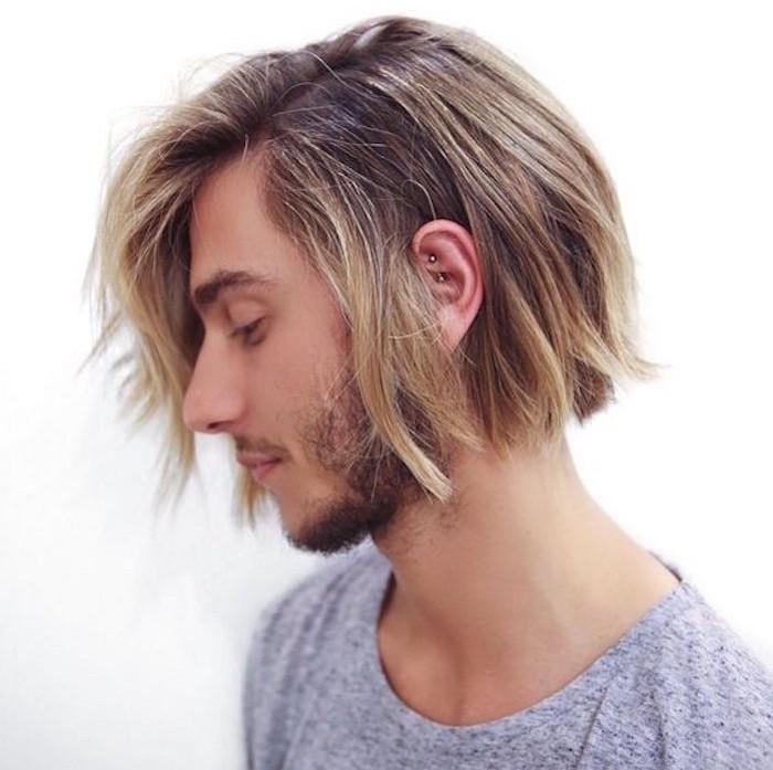 homme cheveux mi long type carré avec meches blondes sur cheveux chatain
