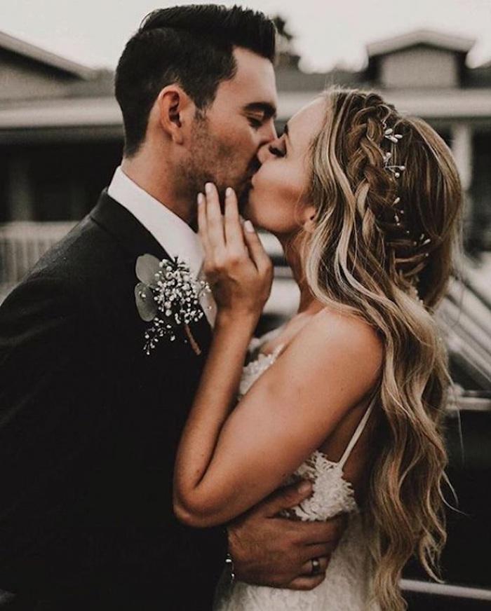 Féminine coiffure mariage tresse autour de la tete, coiffure mariage bohème joliment accessoirisée, idée pour le mariage hippie chic, couple amoureux