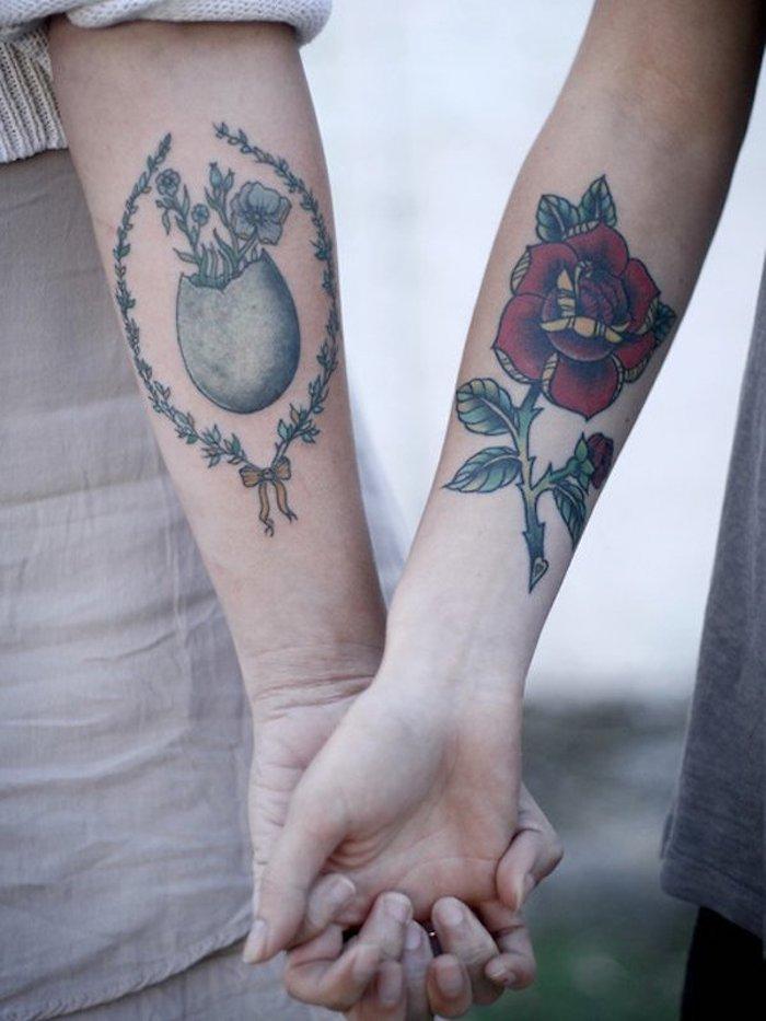 Fleurs pour tatouage vintage pour couple cop copine, main tatouage avec fleurs colorés