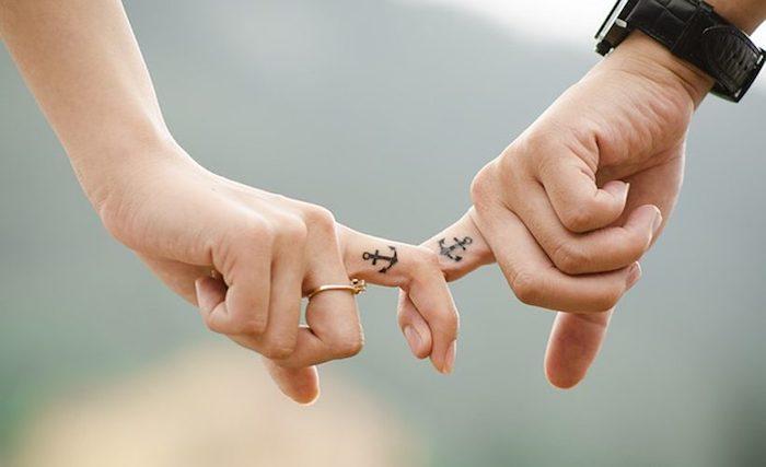 Ancre sur le doigt pour montrer que vous avez trouvez votre partenaire pour la vie, tatouage doigt marine