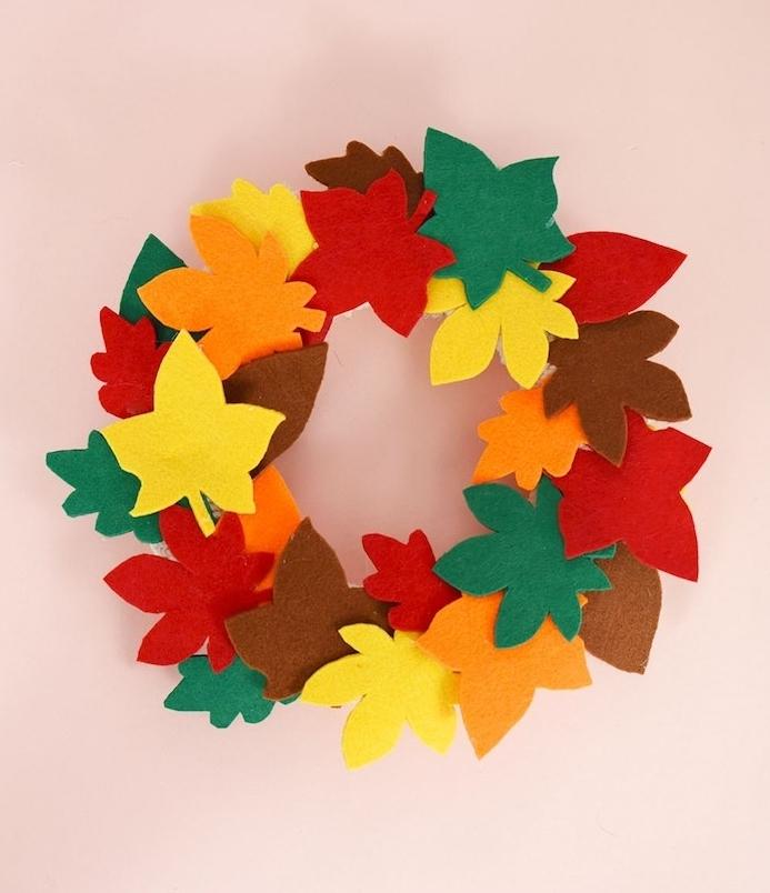 couronne de feuilles mortes en feutrine de couleurs variées rangés en cercle, bricolage deco automne
