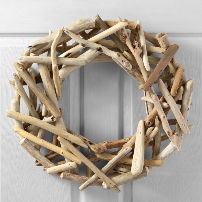 diy bois flotté pour la porte d'entrée, couronne de brindilles au design naturel