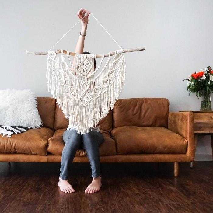 modèle de corde pour macramé en coton, exemple de suspension DIY en bâton de bois et cordelette blanche à réaliser chez soi