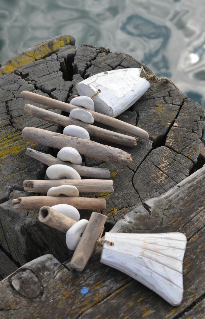 poisson faite avec du bois flotté et galets lisses, objet déco arty matériel authentique