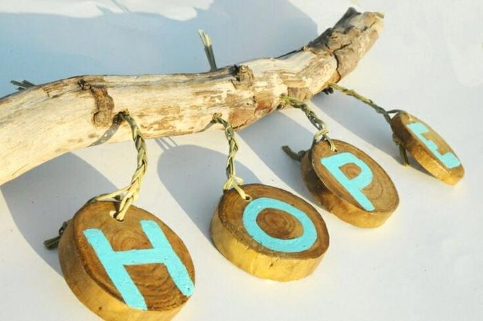 déco avec matériaux trouvés sur la plage, script sur des rondins de bois