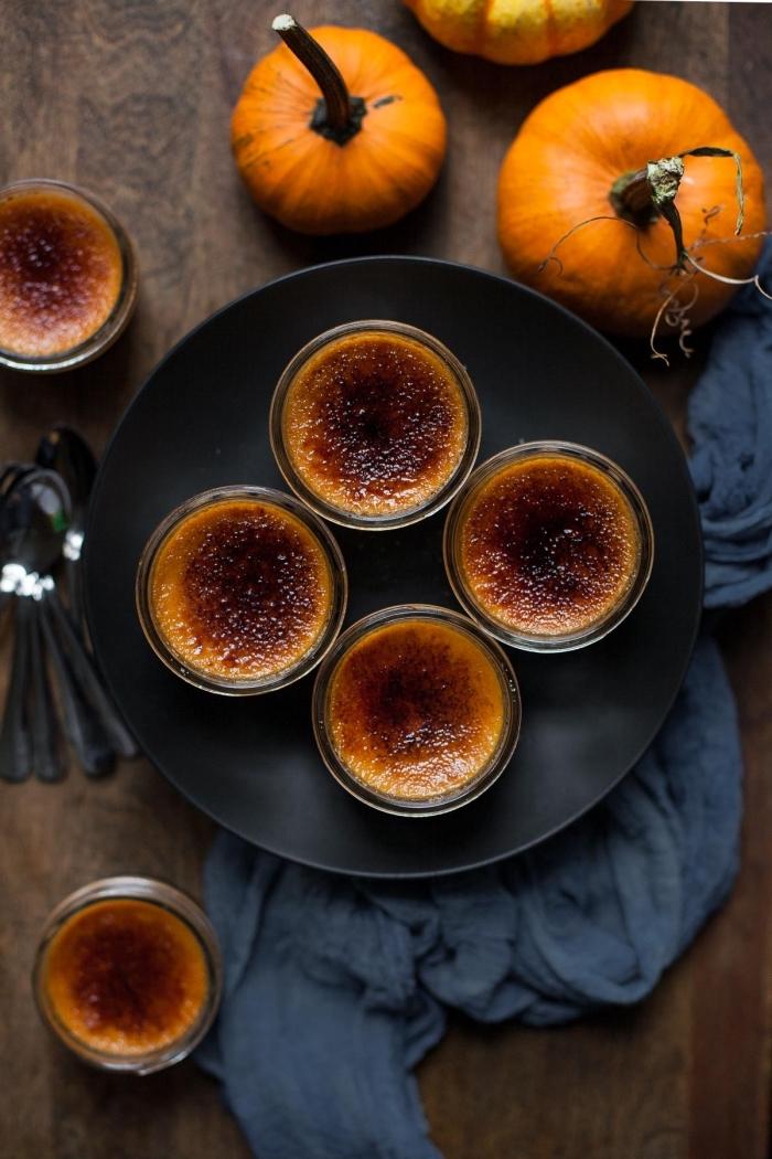 crème brûlée délicieuse à la courge et au chocolat , dessert original à base de citrouille à préparer pour la fête d'halloween