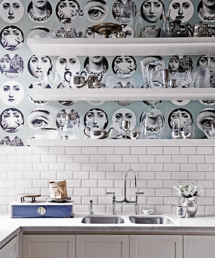 pose papier peint adhésif derrière les étagères ouvertes de la cuisine pour faire ressortir les tablettes et agrandir visuellement une petite cuisine