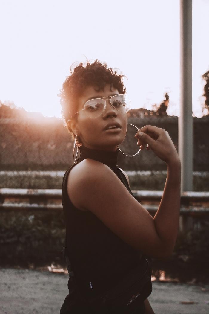 cheveux court bouclé ou frisés, comment styliser une coupe courte cheveux crépus, modèle de lunettes de soleil transparentes