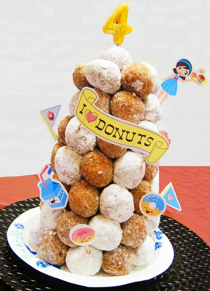 gateau croquembouche, petites patisseries empilées, un tour de petits cakes pour quatrième anniversaire