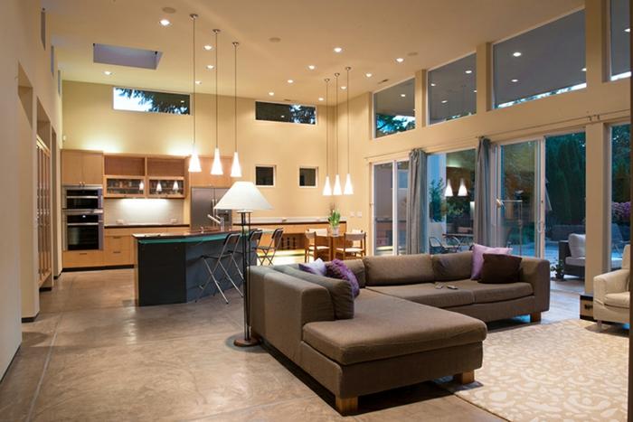 cuisine semi ouverte sur salon, grand sofa gris, plafond couleur grège, sol gris, grandes fenetres