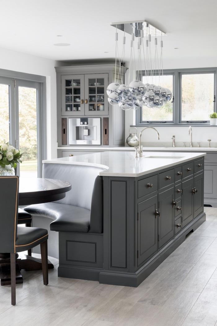 plan de travail ilot central qui se termine par un banc intégré, cuisine gris clair d'ambiance traditionnelle avec îlot de cuisine multifonctions