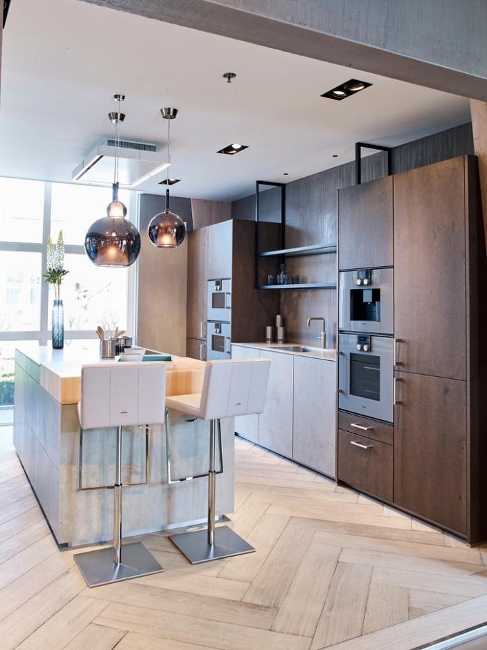 implantation avec ilot central cuisine en bois et béton qui fait office de desserte et de plan de travail