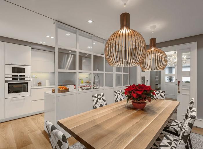 cuisine et salle à manger, petite cuisine ouverte, lampes bambou, table de repas longue