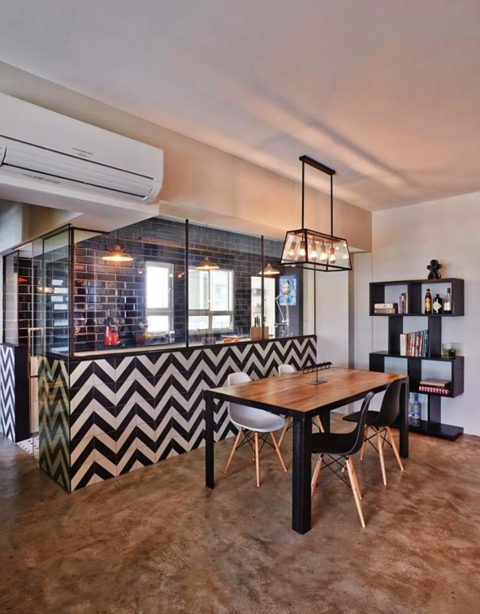 cloison séparatrice, cuisine avec verrière, carrelage métro noir, table en bois et chaises scandinaves, étagère autoportante