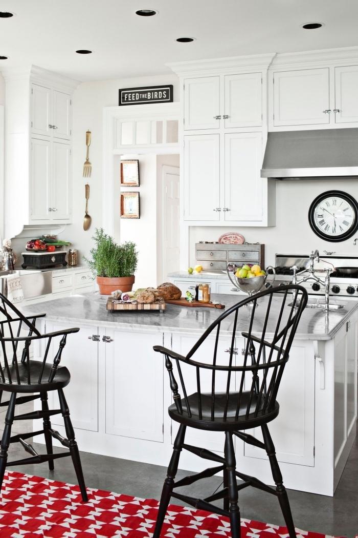 cuisine de style traditionnel en blanc et acier aux touches noirs vintage avec un ilot centrale lavage rectangulaire