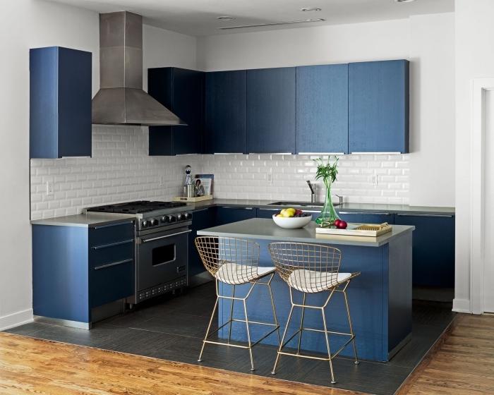 exemple d'aménagement d'une petite cuisine avec ilot qui en bleu et acier qui s'accorde avec les couleurs et les matières utilisées pour les armoires