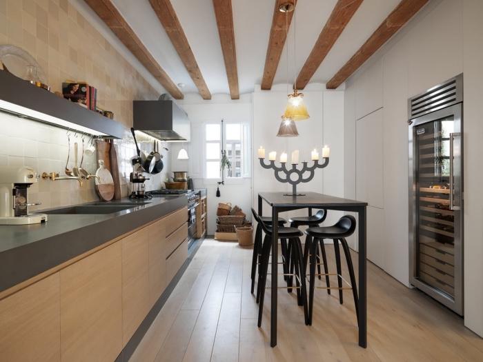 idée comment aménager une cuisine moderne en bois et gris avec plafond blanc et bois, modèle de table à manger haute et noire