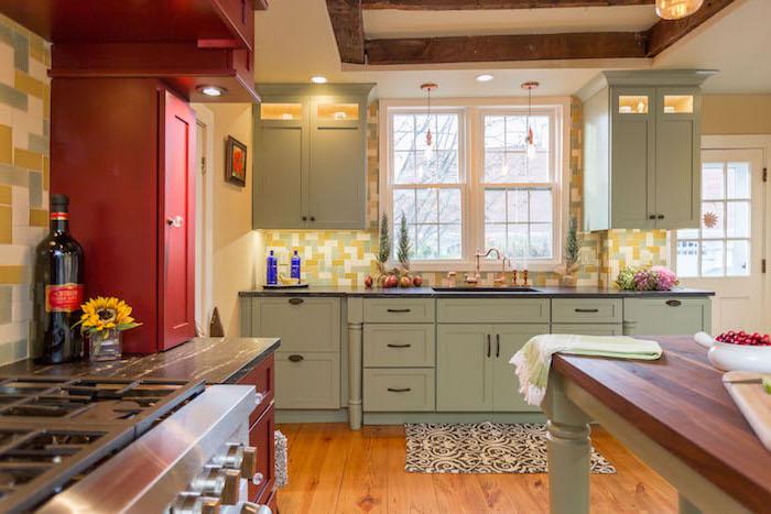 meuble cuisine bas en vert d eau, parquet clair, meubles hauts rouges, carrelage ver, jaune et blanc