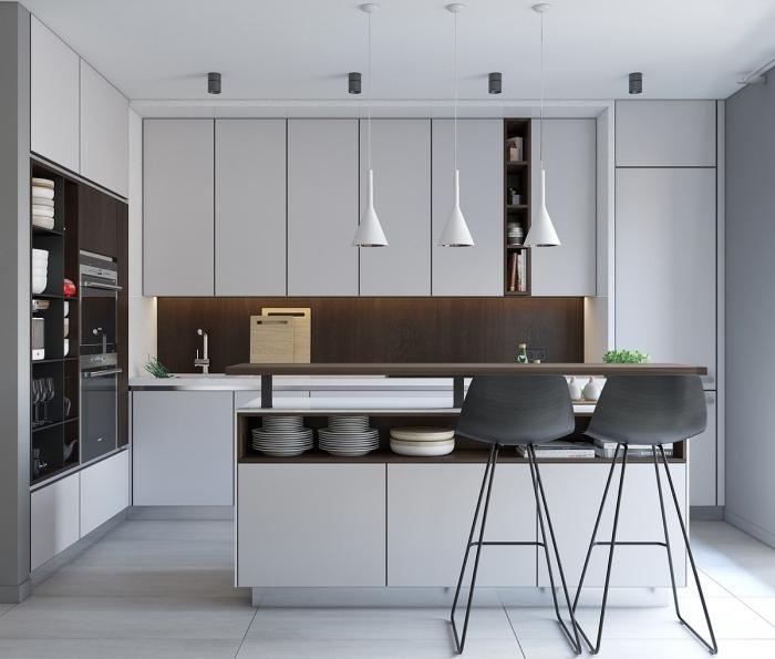 cuisine gris clair moderne aux armoires qui vont jusqu'au plafond, équipée d'un îlot avec comptoir-bar intégré à son structure