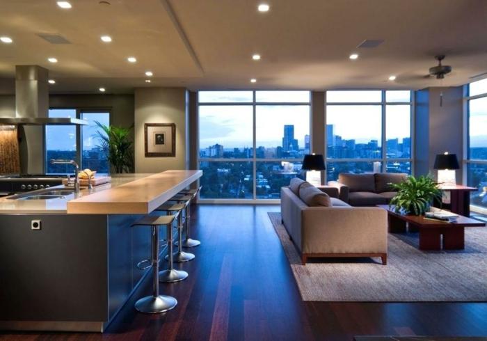 aménagement cuisine ouverte, grand bar avec rallonge, tabourets modernes, sofas gris, sol en bois wengé