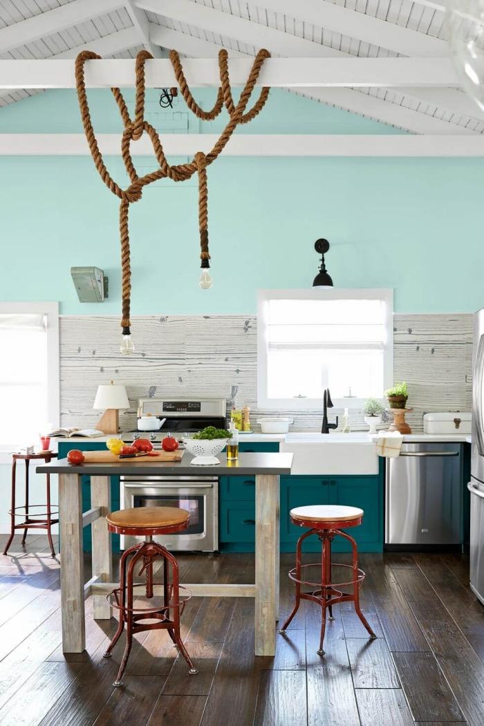 cuisine de style marin aménagée sous pente, avec un ilot central table gain de place qui offre une surface de travail supplémentaire sans encombrer l'espace