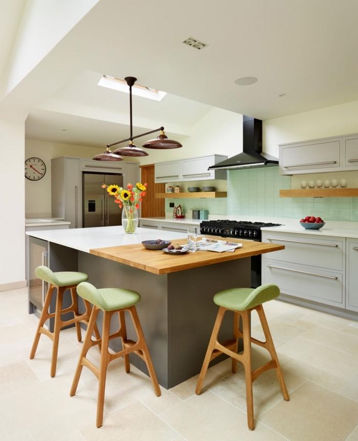 une cuisine aux accents vintage avec un ilot de cuisine bi-matière avec coin repas dans son coin