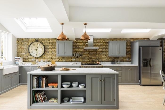 l'ilot centrale dans cette cuisine à la fois rustique et industriel offre un espace de rangement supplémentaire avec ses étagères intégrées