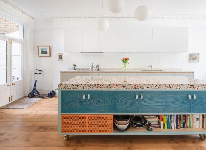 un plan de travail ilot central tendance en terrazzo pour un îlot de cuisine plein de caractère, un îlot central mobile avec des placards intégrés peints en bleu et orange