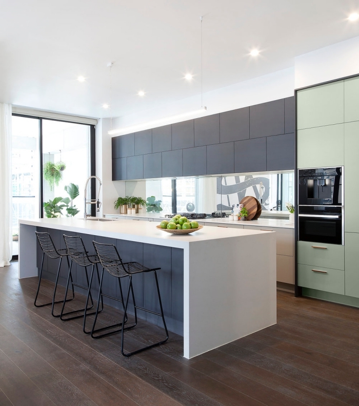 plan de travail blanc ilot central noir mat au design épuré avec évier intégré qui offre plein d'espace supplémentaire pour un coin repas ou bar de cuisine