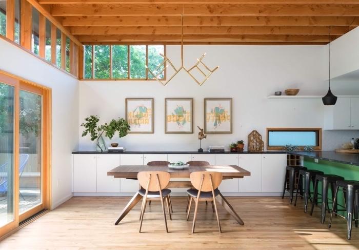 modèle de cuisine blanche avec plafond en bois, idee pour refaire plafond, exemple de rangement mural avec étagère de bois