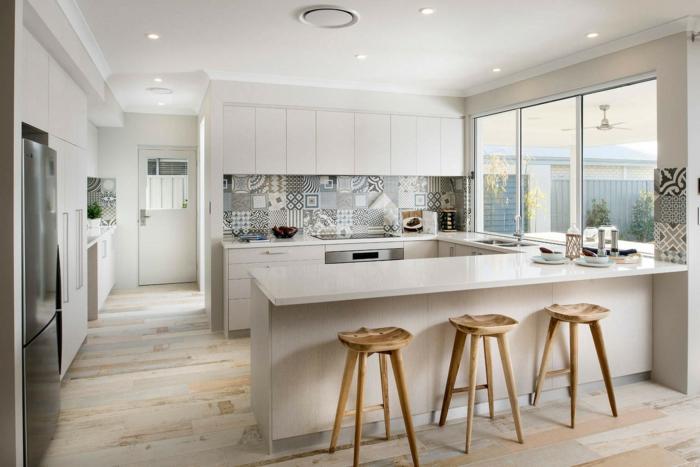 cuisine design scandinave, tabourets rustiques, crédence imitation carreaux de ciment, aménagement cuisine ouverte