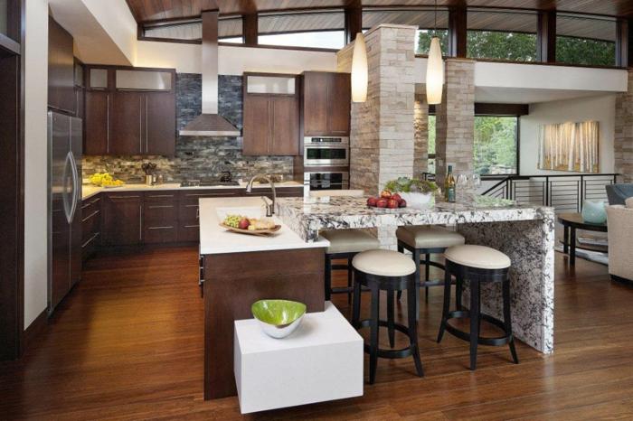sol bois foncé, ilot de cuisine avec rallonge muni d'évier, tabourets et cabinets couleur wengé