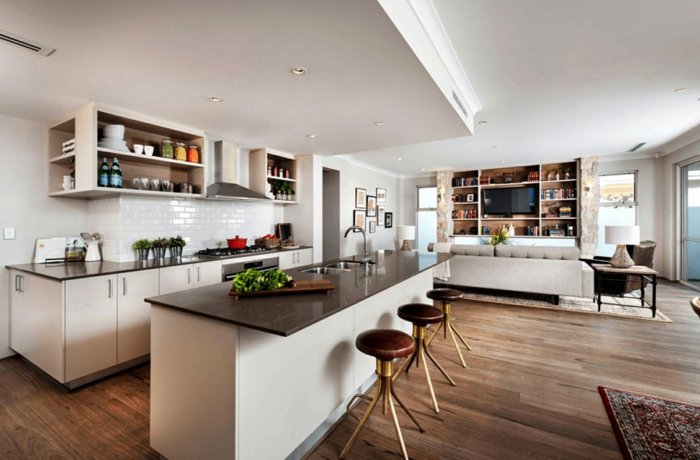 ilot de cuisine blanc au comptoir noir, crédence carreaux métro, sol en bois foncé, idée cuisine ouverte