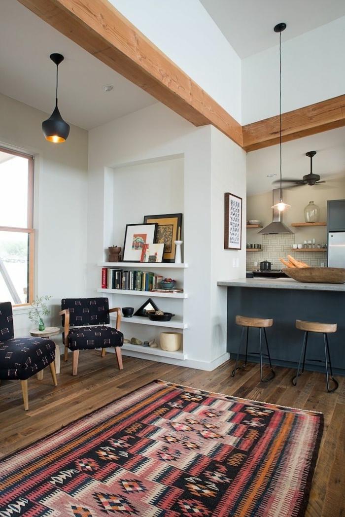 variante d'aménagement cuisine ouverte, chaises vintage, suspensions noires, étagère bibliothèque blanche